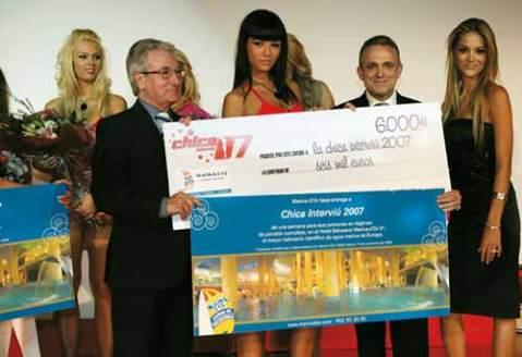 Manuel Cerdán, junto a la ganadora del concurso. (Interviú)